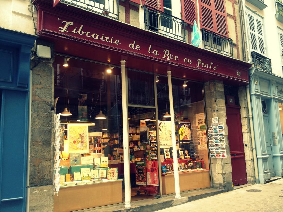 Librairie-de-la-rue-en-pente-3